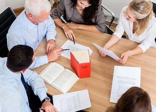 Grundstückseigentümer ermitteln - Anwälte am Tisch